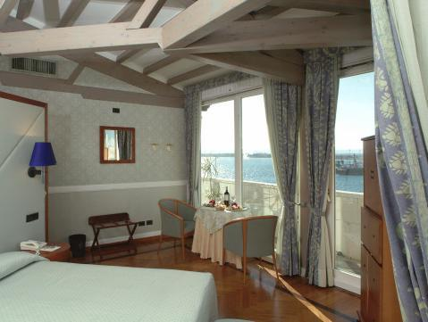 海景房(雙人床或兩床) (Double or Twin Room with Sea View)