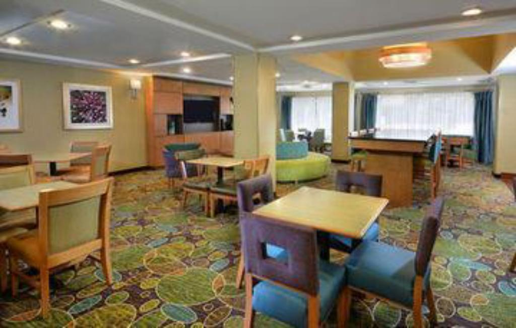 Бюфет Holiday Inn Express Hotel & Suites High Point South